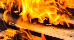 Ожоги при пожаре на улице Урицкого в Опочке получили два человека