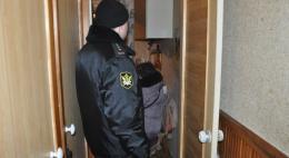 За долги по кредитам приставы продали квартиры двоих жителей Псковской области