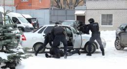 В Пскове двое фигурантов, обвиняемых в мошенничестве в отношении социально незащищенных граждан, помещены под домашний арест, их третий соучастник объявлен в розыск