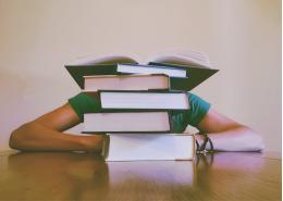 Совершеннолетние школьники и абитуриенты колледжей и профучилищ смогут получать те же льготы, что и дети-сироты