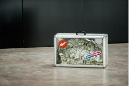 Чемодан, набитый долларами в аэропортах страны