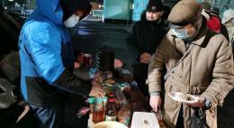 """Полторы тысячи порций горячего питания раздали волонтеры """"Белого цветка"""" бездомным людям в Пскове"""