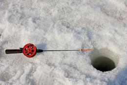 Гдовский поисково-спасательный выручил из ледяной ловушки четырех рыбаков-любителей