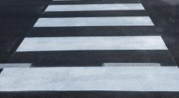 Холодным пластиком будут наносить«зебры» и разделительные полосы на дорогах Псковской области
