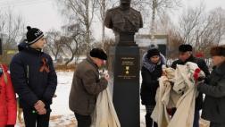 В деревне Михальки Великолукскогорайона торжественно установлен бюст героя Советского Союза Петра Ивановича Шлюйкова