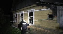 В Острове в сгоревшей комнате жилого дома обнаруженытрупы супругов с рублеными ранами