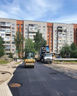 На улице Алтаева в Пскове идет укладка асфальта