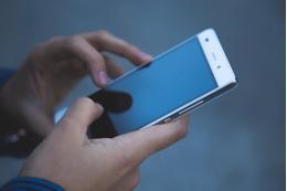 Роспотребнадзор: использовать телефоны как средство обучения детей нельзя