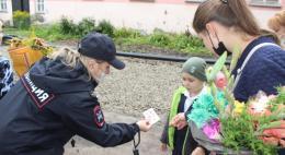 Сотрудники ГИБДД напомнили псковским школьникам о безопасности по пути в  учебное заведение