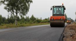 Дорогу к поселку Дедовичи Псковской области ремонтируют по нацпроекту