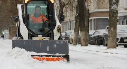 Дороги и тротуары города посыпают чистой солью