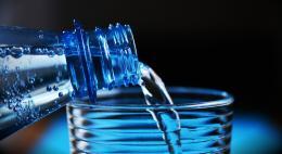 Роскачество заявило о нарушениях в питьевой воде 65 марок