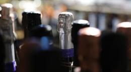 Главный нарколог РФ разрешил выпить пару бокалов дорогого белого вина на Новый год