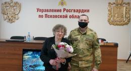В Пскове росгвардейцы встретились с жительницей блокадного Ленинграда