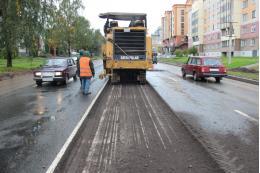 Старый асфальт срезают на улице Коммунальной в Пскове