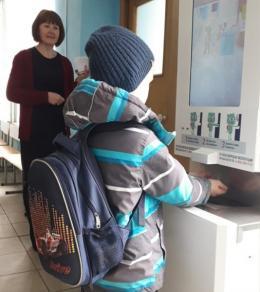 Около 230 школ региона оснащены системами бесконтактной термометрии и антисептической обработки рук