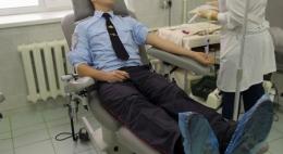 Сотрудники ГИБДД в Великих Луках сдали кровь во Всемирный день памяти жертв ДТП