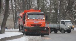 12 комбинированных дорожных машин и 8 тракторов убирают Псков от снега